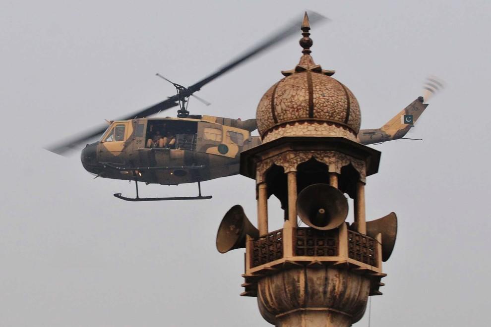 17. PAKISTAN, Lahore, 17 grudnia 2010: Wojskowy śmigłowiec patroluje przestrzeń powietrzną w pobliżu głównego meczetu w Lahore. AFP PHOTO/Arif ALI