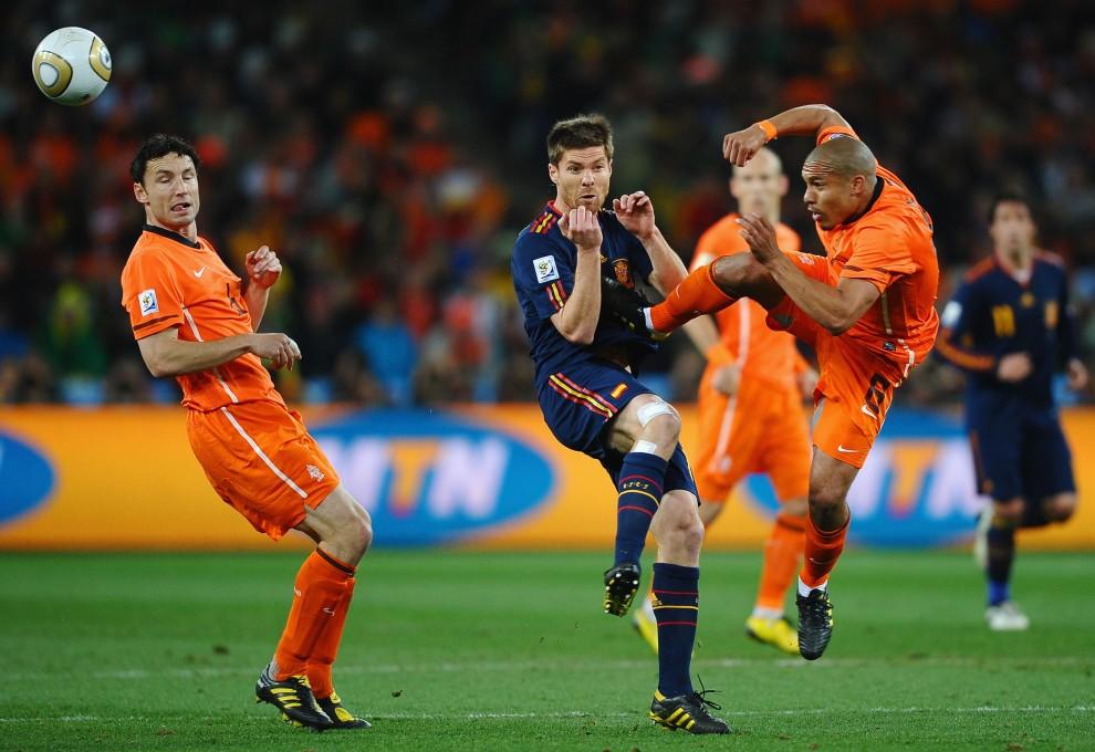 17. RPA, Johannesburg, 11 lipca 2010: Nigel De Jong atakuje Xabiego Alonso podczas meczu finałowego mundialu. (Foto: Laurence Griffiths/Getty Images)