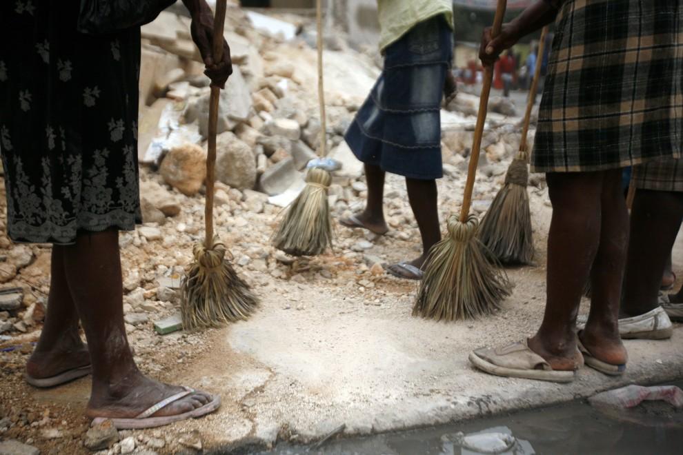 18. HAITI, Port-au-Prince, 25 stycznia 2010: Mieszkańcy Port-au-Prince sprzątają ulice w stolicy Haiti. AFP PHOTO/UN/MINUSTAH/SOPHIA PARIS