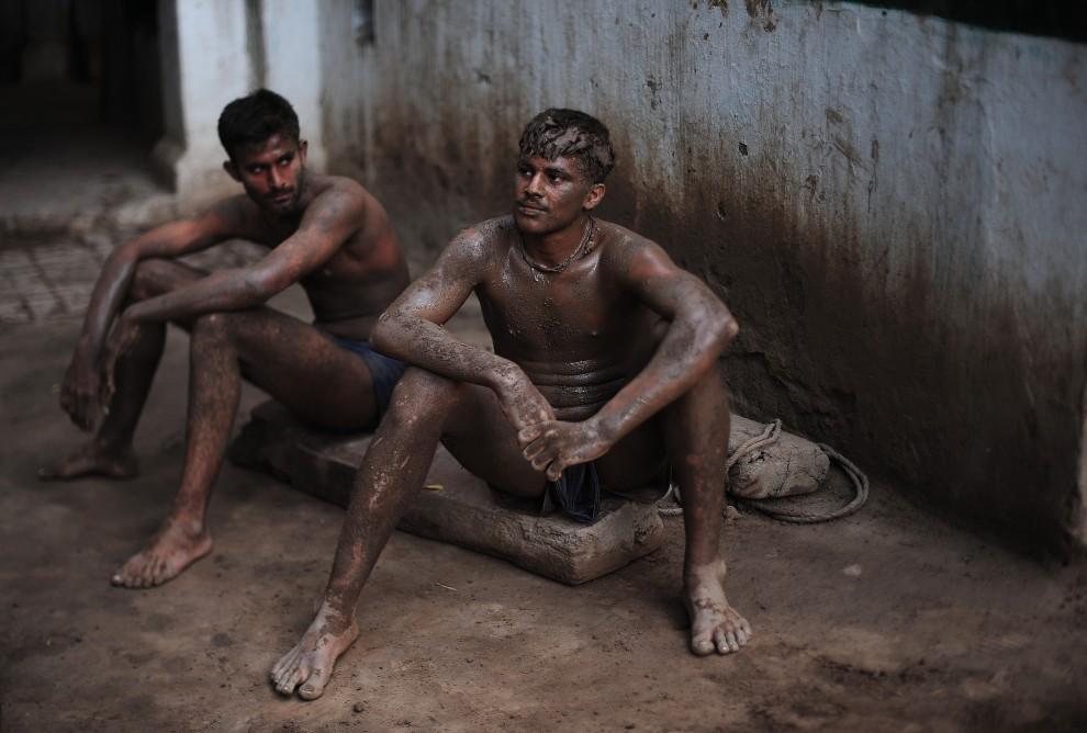 18. PAKISTAN, Lahore, 8 października 2010: Zapaśnicy odpoczywają po zakończonym treningu. AFP PHOTO/Carl de Souza