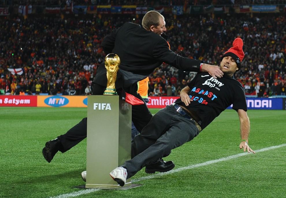 18. RPA, Johannesburg, 11 lipca 2010: Mężczyzna, który wtargnął na murawę przed rozpoczęciem spotkania finałowego Mistrzostw Świata w piłce nożnej,   zatrzymywany przez ochronę. (Foto: Laurence Griffiths/Getty Images)
