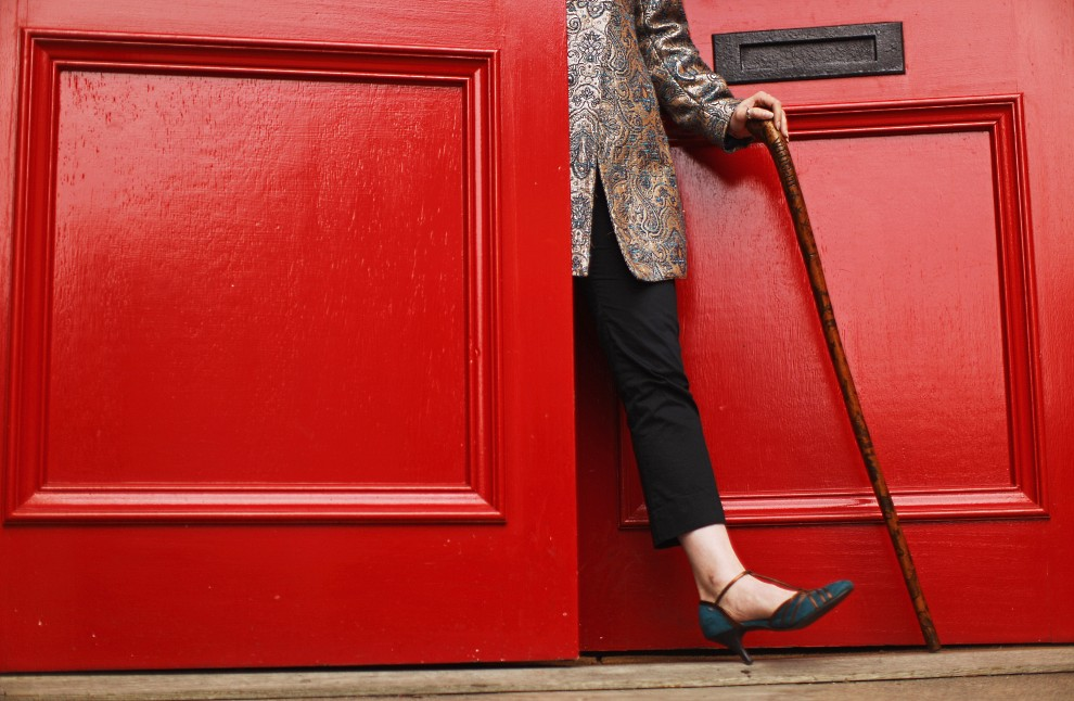 18. WIELKA BRYTANIA, 27 września 2010: Alex Dove z domu aukcyjnego Lyon & Turnbull trzyma laskę, która należała do brytyjskiego szpiega Williama Gilla. (Foto: Jeff J Mitchell/Getty Images)