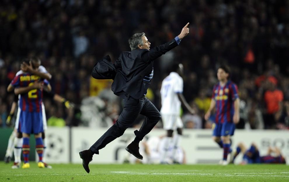 19. HISZPANIA, Barcelona, 28 kwietnia 2010: Trener Interu Mediolan – Jose Mourinho – cieszy się ze zwycięstwa w Lidze Mistrzów. AFP PHOTO / FILIPPO MONTEFORTE