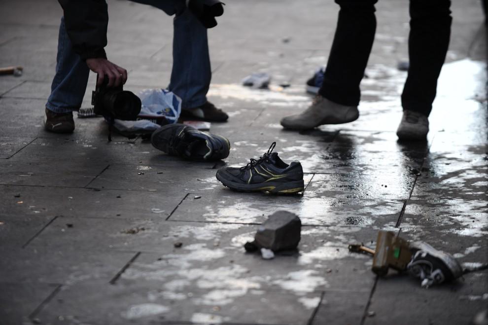 19. WŁOCHY, Rzym, 14 grudnia 2010: Obuwie i śmieci, które pozostały po protestującej młodzieży. AFP PHOTO / VINCENZO PINTO