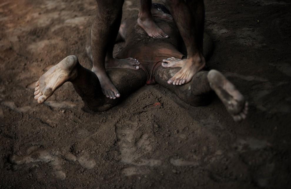19. PAKISTAN, Lahore, 9 października 2010: Zapaśnicy masują kolegę po zakończonym treningu. AFP PHOTO/Carl de Souza