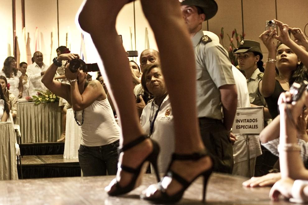 19. KOLUMBIA, Cartagena, 11 listopada2010: Uczestniczka alternatywnego konkursu piękności, odbywającego się w tym samym czasie co wybory Miss Kolumbii,   gdzie oprócz urody ocenianie jest zaangażowanie uczestniczek w działalność społeczną. AFP PHOTO/Joaquin SARMIENTO