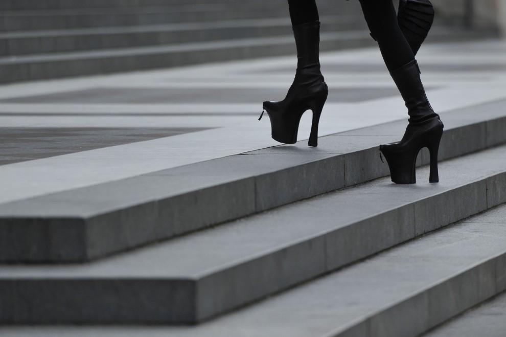 1. WIELKA BRYTANIA, Londyn, 20 września 2010: Modelka przybywająca na uroczystości pogrzebowe zmarłego projektanta Alexandra McQueen'a. AFP PHOTO / CARL   COURT