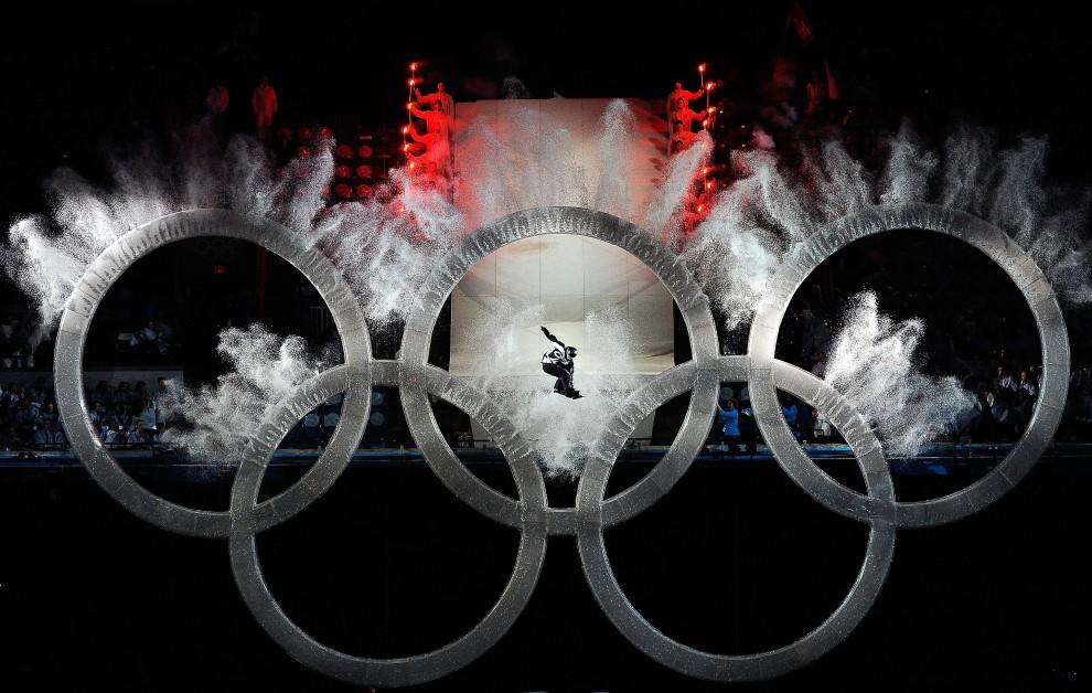 1. KANADA, Vancouver, 12 lutego 2010: Snowboarder skacze przez kola olimpijskie podczas ceremonii otwarcia igrzysk. (Foto: Kevork Djansezian/Getty Images)