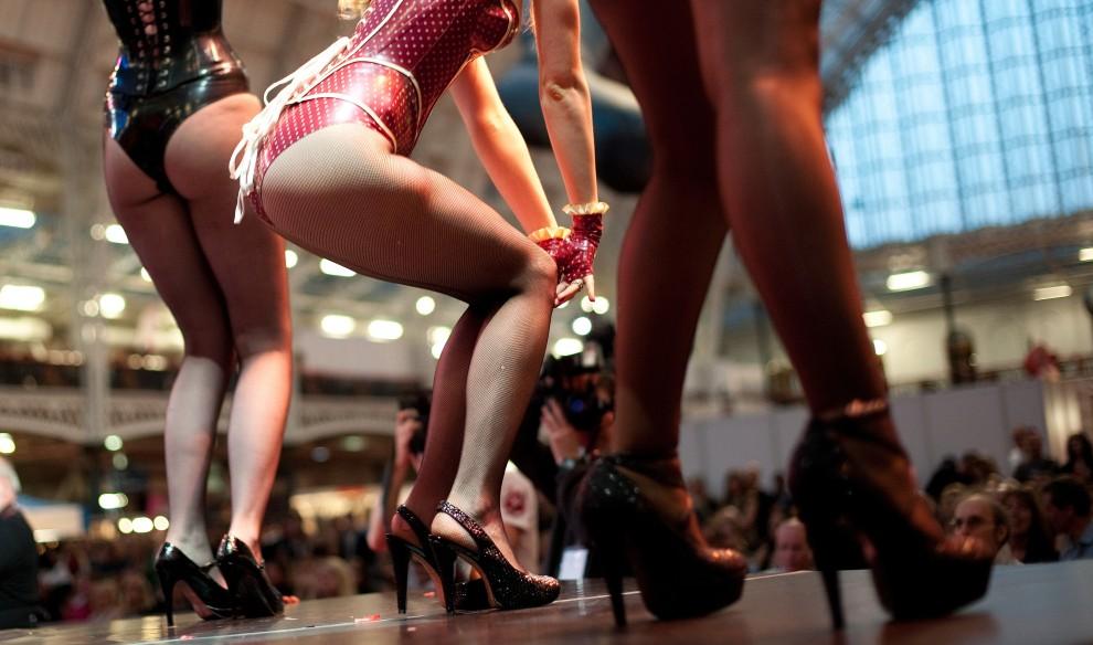 20. WIELKA BRYTANIA, Londyn, 19 listopada 2010: Tancerki występujące podczas targów erotycznych w Londynie. AFP PHOTO/LEON NEAL