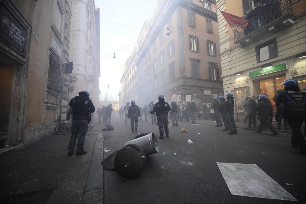 20. WŁOCHY, Rzym, 14 grudnia 2010: Policjanci przechodzą przez Via del Corso wypierając protestujących. AFP PHOTO / FILIPPO MONTEFORTE