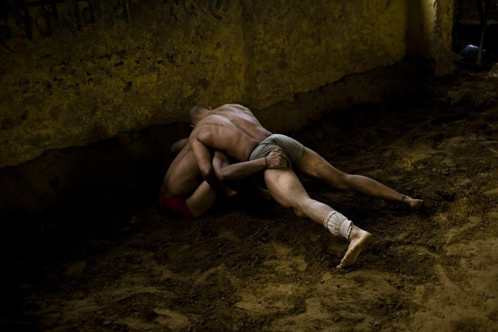 20. INDIE, New Delhi, 7 kwietnia 2010: Zapaśnicy w trakcie sparingu w szkole Guru Hanuman Akhara. AFP PHOTO/Manpreet ROMANA