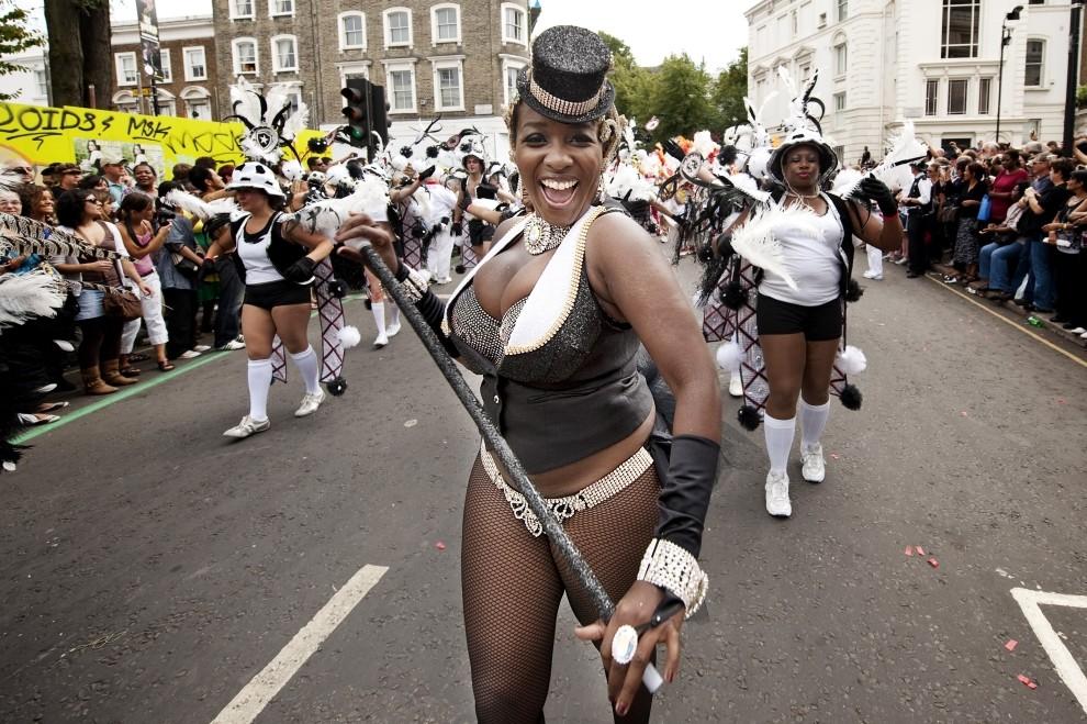 20. WIELKA BRYTANIA, Londyn, 30 sierpnia 2010: Kobieta w karnawałowym stroju podczas karnawałowej zabawy. (Foto: Oli Scarff/Getty Images)