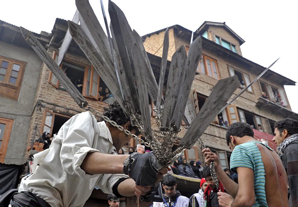 20. INDIE, Śrinagar, 17 grudnia 2010: Mężczyzna biczujący się pękiem ostrzy. AFP PHOTO / Tauseef MUSTAFA
