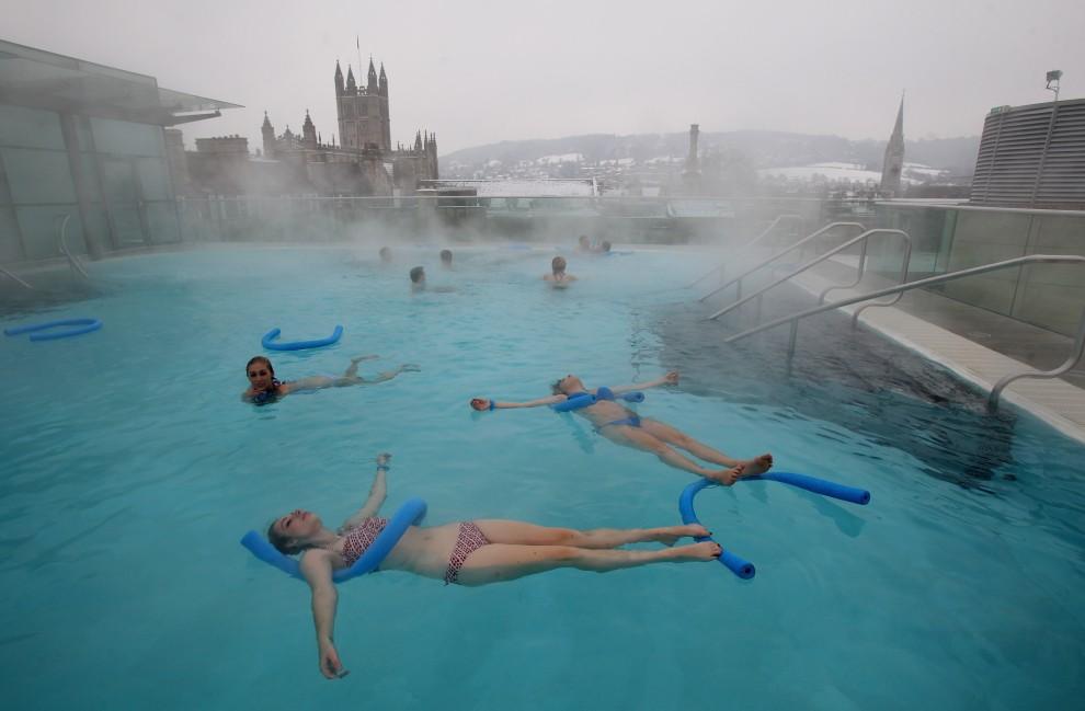 20. WIELKA BRYTANIA, Bath, 21 grudnia 2010: Turyści zażywają kąpieli w basenie termalnym w miejscowości Bath. (Foto: Matt Cardy/Getty Images)