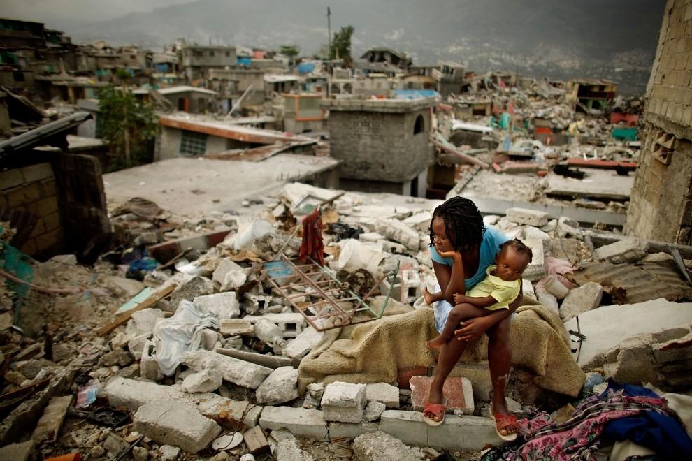 20. HAITI, Port au Prince, 26 lutego 2010: Sherider Anilus (28 lat) wraz z dziewięcioletnią córeczką siedzą na ruinach swojego domu. (Foto: Chip Somodevilla/Getty Images)