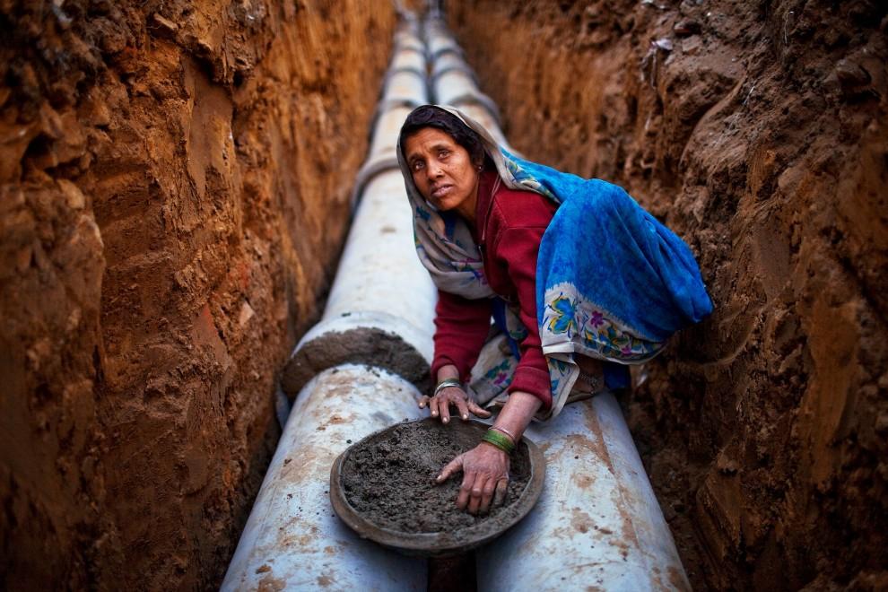 21. INDIE, New Delhi, 1 lutego 2010: Kobieta pracująca przy budowie stadionu im. Jawaharlal Nehru. (Foto: Daniel Berehulak/Getty Images)