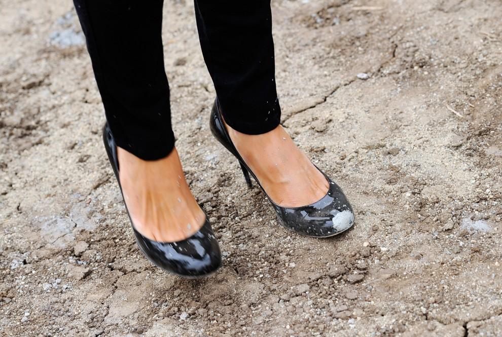 22. USA, Los Angeles, 19 listopada 2010: Pantofle skazanej na prace społeczne Paris Hilton, ubrudzone farbą podczas usuwania graffiti. (Foto: Kevork Djansezian/Getty Images)