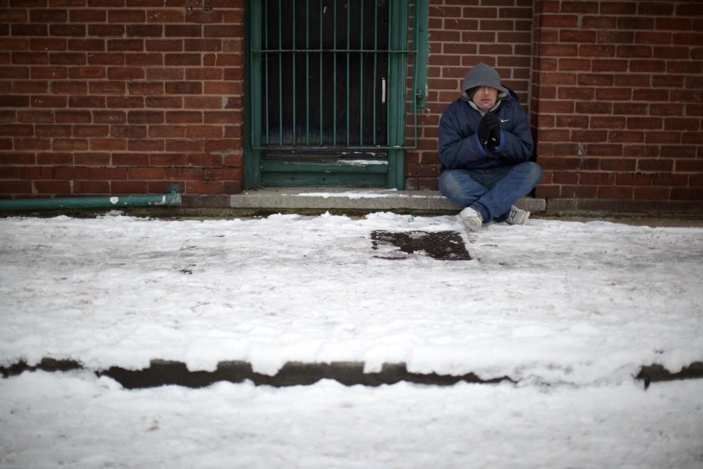 22. WIELKA BRYTANIA, Liverpoll, 21 grudnia 2010: Mężczyzna żebrze na ulicy Liverpoolu. (Foto: Christopher Furlong/Getty Images)
