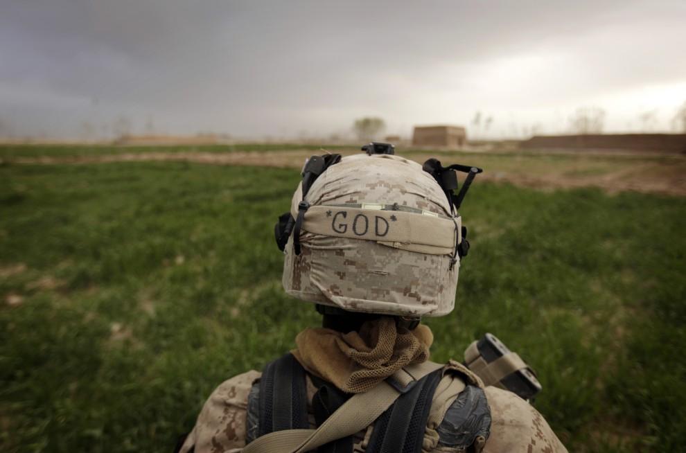 23. AFGANISTAN, Trikh Nawar, 23 lutego 2010: Napis GOD (ang. BÓG) na hełmie amerykańskiego żołnierza. AFP PHOTO/PATRICK BAZ