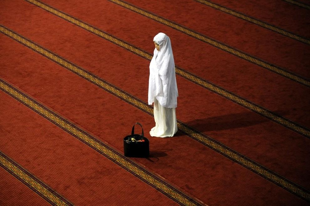 23. INDONEZJA, Dżakarta, 13 sierpnia 2010: Muzułmanka podczas postnej modlitwy. AFP PHOTO / ADEK BERRY