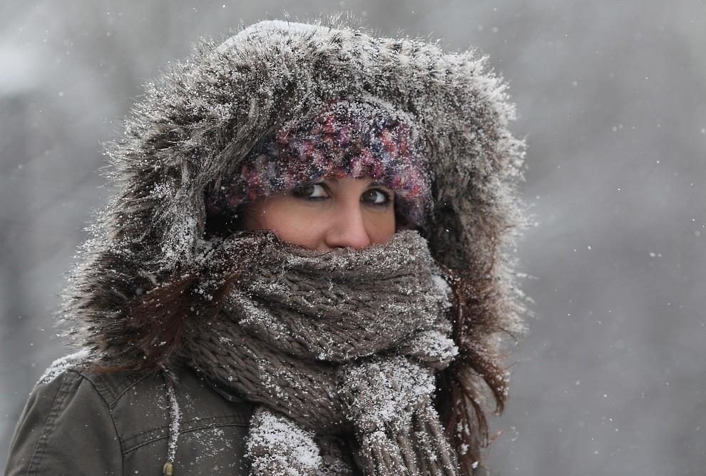 23. NIEMCY, Berlin, 19 listopada 2010: Spacerująca kobieta chroni się przed zimnem i padającym śniegiem. (Foto: Sean Gallup/Getty Images)