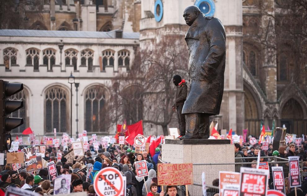 23. WIELKA BRYTANIA, Londyn, 9 grudnia 2010: Protestująca młodzież zgromadzona pod pomnikiem Winstona Churchilla. AFP PHOTO/LEON NEAL
