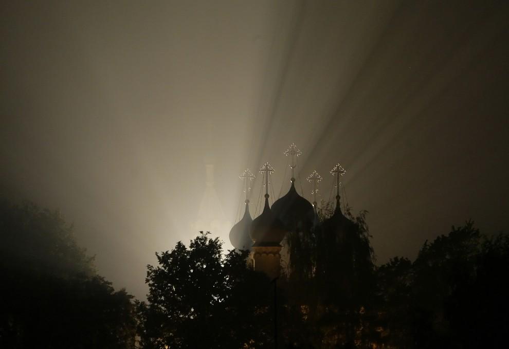 24. ROSJA, Zelenaya Sloboda, 3 sierpnia 2010: Światło przebija się przez dym z płonącego lasu w pobliżu cerkwi. AFP PHOTO / ARTYOM KOROTAYEV