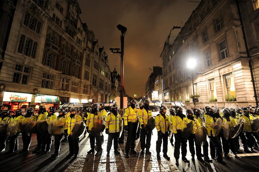 24. WIELKA BRYTANIA, Londyn, 30 listopada 2010: Oddział policji blokuje trasę, którą zamierzali przejść demonstranci. AFP PHOTO/BEN STANSALL