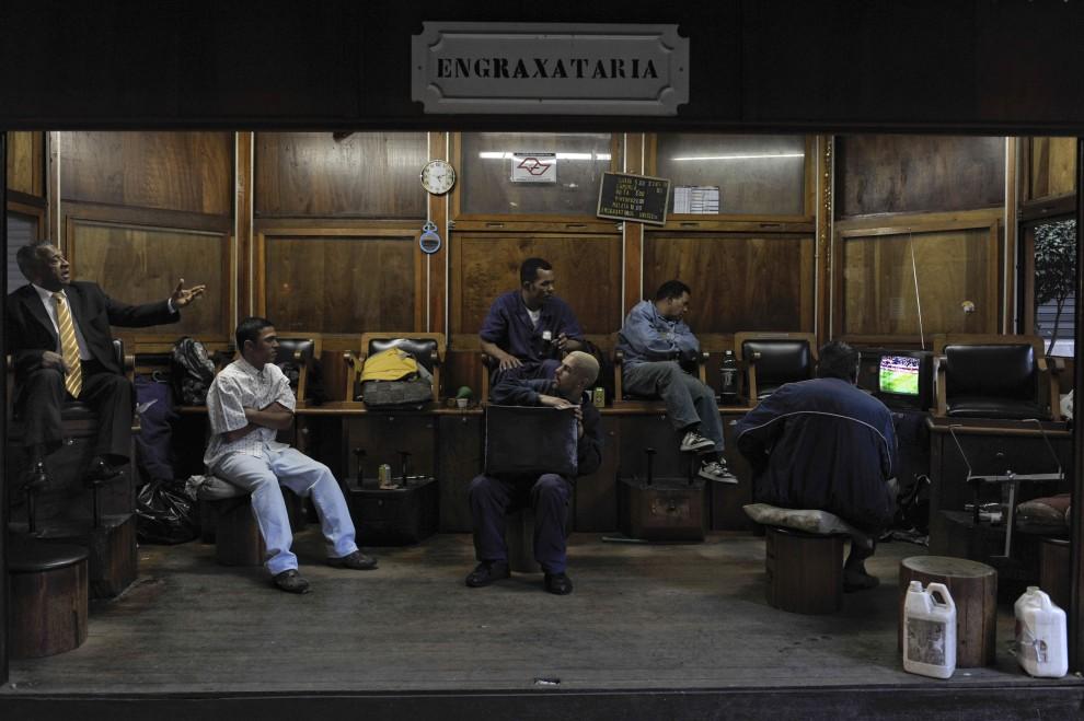 24. BRAZYLIA, Sao Paulo, 15 czerwca 2010: Pucybuci z Sao Paulo oglądają mecz pomiędzy ich reprezentacją i zespołem z Korei Północnej.  AFP PHOTO/Mauricio LIMA