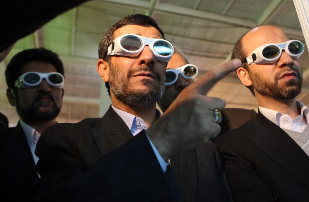 24. IRAN, Tehran, 7 lutego 2010: Prezydent Iranu, Mahmud Ahmadinejad, na wystawie technologii laserowych w Teheranie. AFP PHOTO/ATTA KENARE