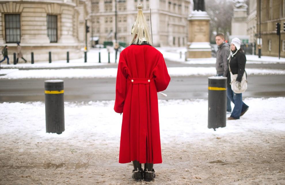 24. WIELKA BRYTANIA, Londyn, 18 grudnia 2010: Wartownik na posterunku w centrum Londynu. AFP PHOTO / LEON NEAL