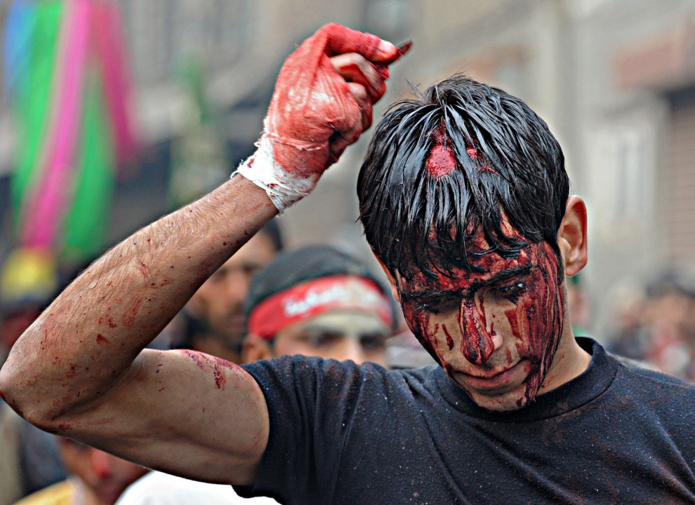 24. INDIE, Śrinagar, 17 grudnia 2010: Mężczyzna z zakrwawioną w wyniku biczowania głową. AFP PHOTO / Tauseef MUSTAFA
