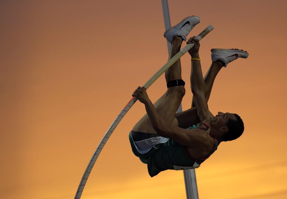25. PUERTO RICO, Mayagüez, 27 lipca 2010: Meksykanin Geovany Lanaro skacze o tyczce podczas Igrzysk Ameryki Środkowej i Karaibów. AFP PHOTO/Jose CABEZAS