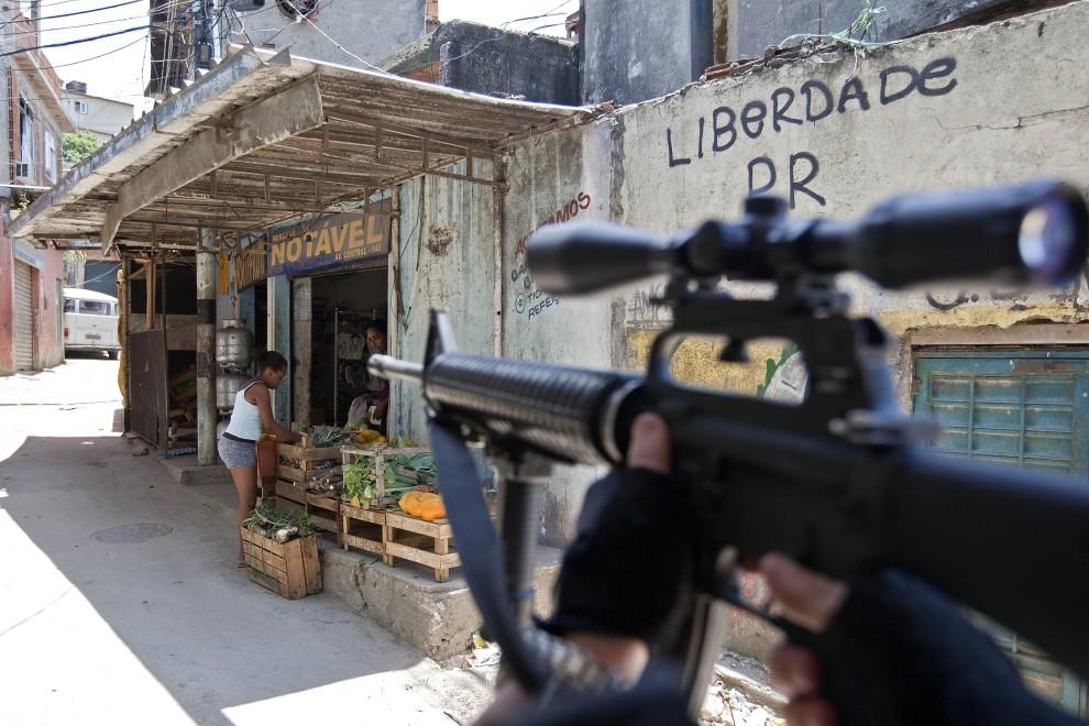 25. BRAZYLIA, Rio de Janeiro, 29 listopada 2010: Koordynator akcji policji, wojska i sił specjalnych na jednej z ulic w faweli Morro do Alemao. AFP PHOTO/ Jefferson BERNARDES