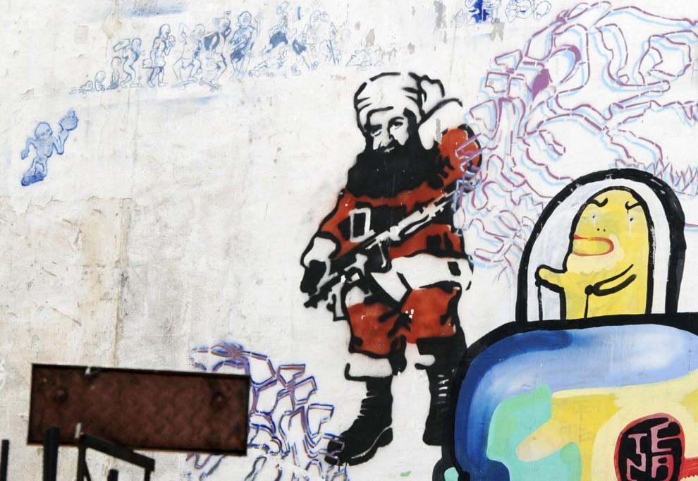 25. ARGENTYNA, Buenos Aires, 20 grudnia 2010: Graffiti przedstawiające  Osamę Bin Ladena  w stroju Mikołaja. AFP PHOTO / JUAN MABROMATA