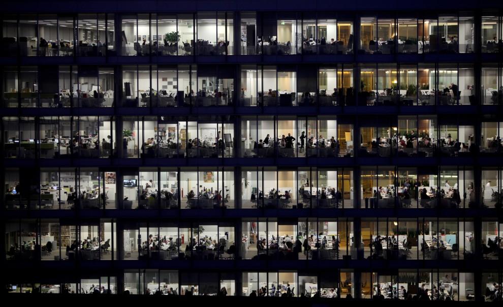 25. WIELKA BRYTANIA, Londyn, 1 lutego 2010: Pracujący do późnych godzin wieczornych pracownicy IPC Media.