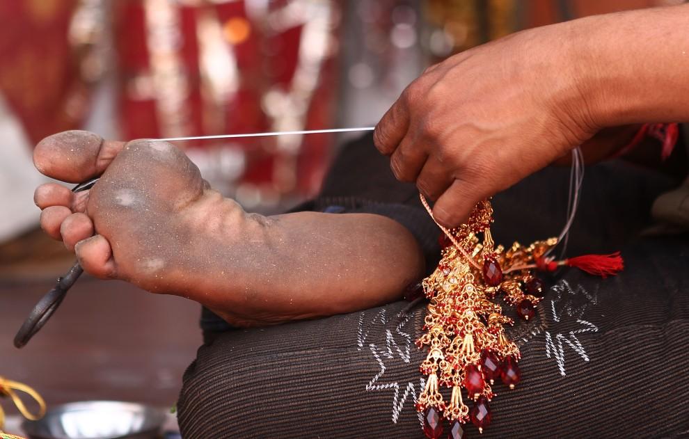 25. INDIE, Jaipur, 6 kwietnia 2010: Wytwórca biżuterii przy pracy na straganie w Jaipur. (Foto: Robert Cianflone/Getty Images)