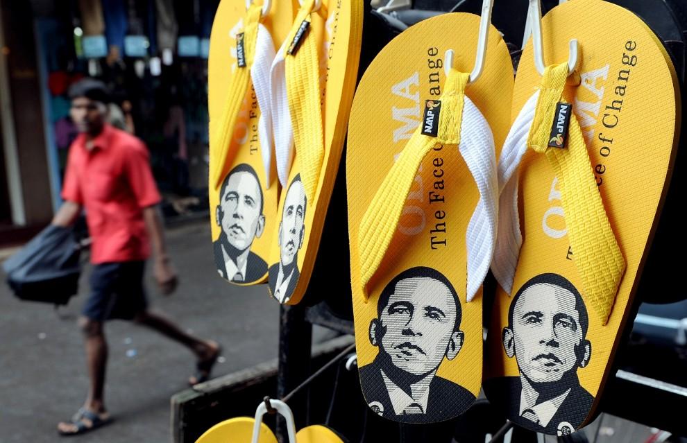 """26. INDIE, Bombaj, 18 sierpnia 2010: """"Japonki"""" (wyprodukowane w Chinach) z podobizną prezydenta USA sprzedawane na bazarze w Indiach. AFP PHOTO/ Indranil MUKHERJEE"""