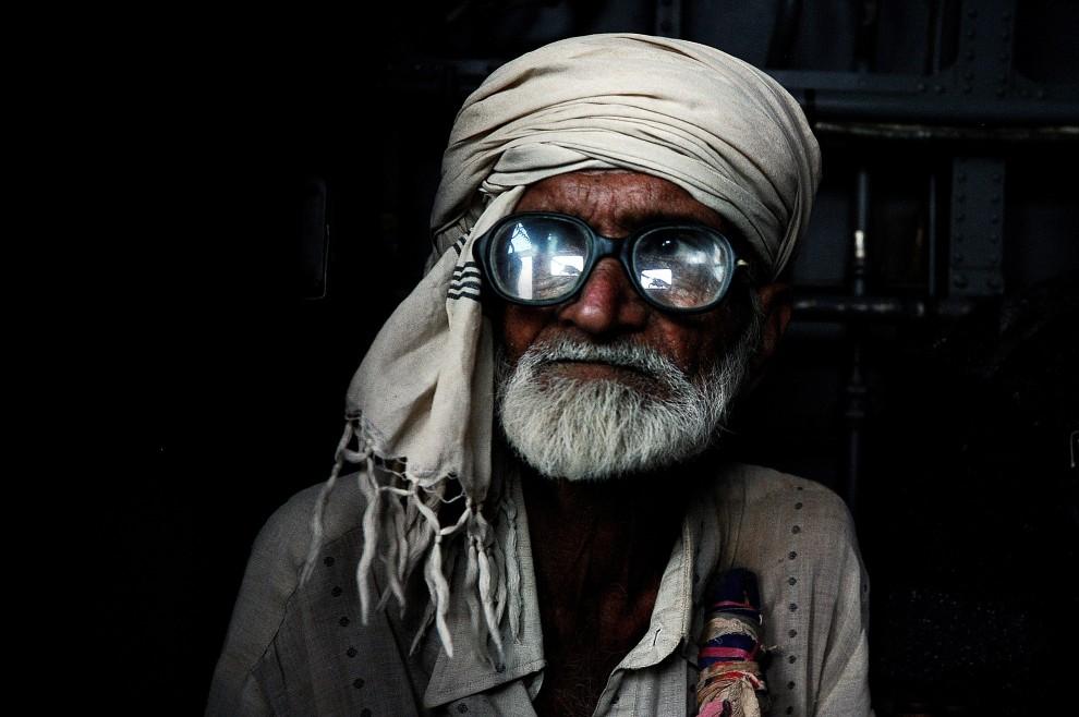 26. PAKISTAN, Faridabad, 14 września 2010: Pakistańczyk ewakuowany ze swojego podtopionego domu na pokładzie śmigłowca. AFP PHOTO/Carl de Souza