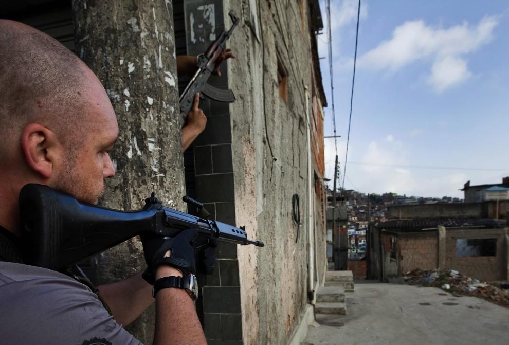 26. BRAZYLIA, Rio de Janeiro, 28 listopada 2010: Policjanci i żołnierze przeszukują fawelę  Morro do Alemao. AFP PHOTO/Jefferson BERNARDES