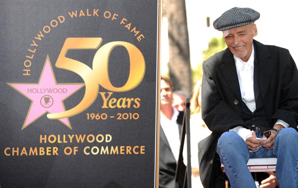 26. USA, Hollywood, 26 marca 2010: Ciężko chory aktor, Dennis Hopper,podczas umieszczania jego gwiazdy w Alei Sław. AFP PHOTO / GABRIEL BOUYS
