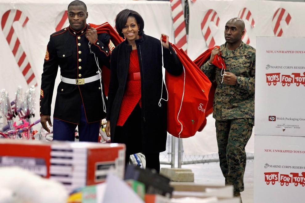 26. USA, Waszyngton 17 grudnia 2010: Michelle Obama przekazuje zabawki ufundowane przez Biały Dom. (Foto: Chip Somodevilla/Getty Images)