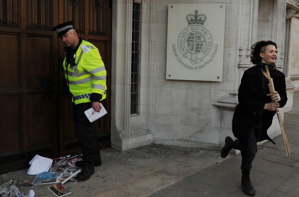 27. WIELKA BRYTANIA, Londyn, 9 grudnia 2010: Charlie Gilmour (po prawej), syn Davida Gilmoura z Pink Floyd, ucieka po nieudanej próbie podłożenia ognia pod drzwiami Sądu Najwyższego. AFP PHOTO/BEN STANSALL