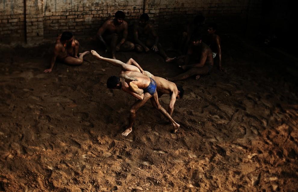 27. PAKISTAN, Lahore, 10 października 2010: Trenujący zapaśnicy w szkole w Lahore. AFP PHOTO/Carl de Souza