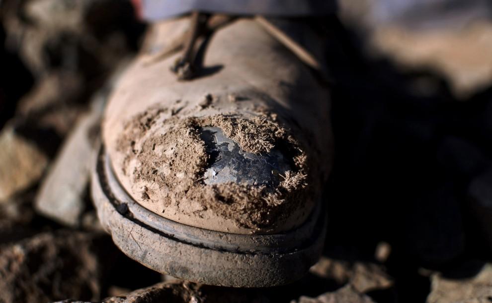 27. CHILE, Copiapó, 27 sierpnia 2010: Zniszczone buty górnika pracującego w kopalni San Javier. AFP PHOTO/ARIEL MARINKOVIC