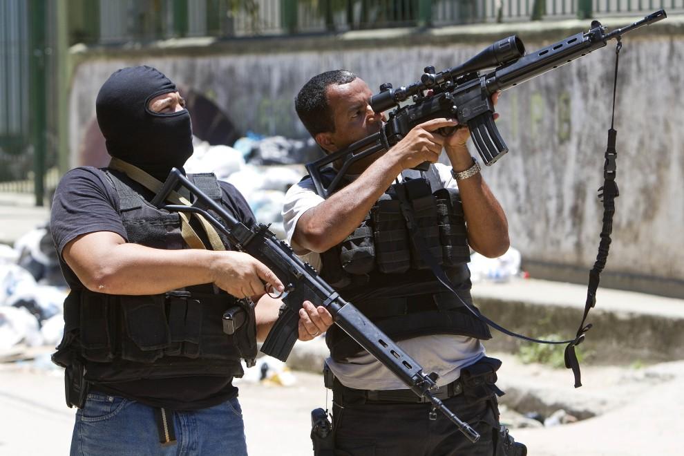 27. BRAZYLIA, Rio de Janeiro, 28 listopada 2010:  Policjanci i żołnierze przeszukują fawelę  Morro do Alemao. AFP PHOTO / JEFFERSON BERNARDES