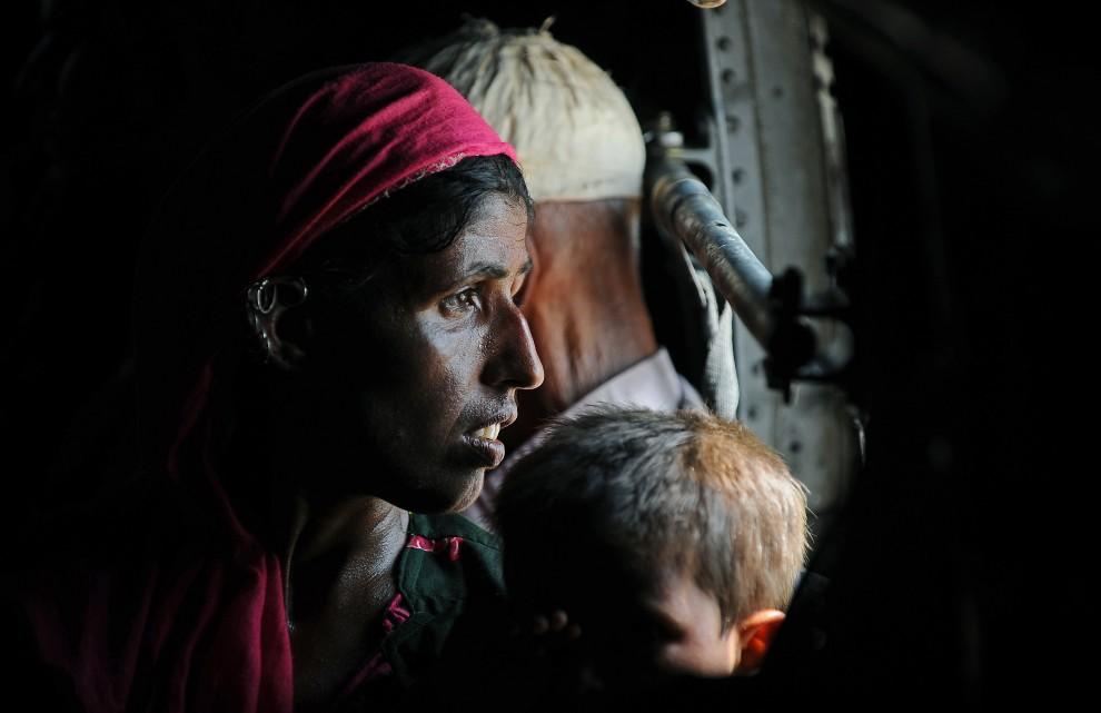 27. PAKISTAN, Faridabad, 21 września 2010: Ludzie ewakuowani z zalanych obszarów w pobliżu Faridabad. AFP PHOTO/Carl de Souza