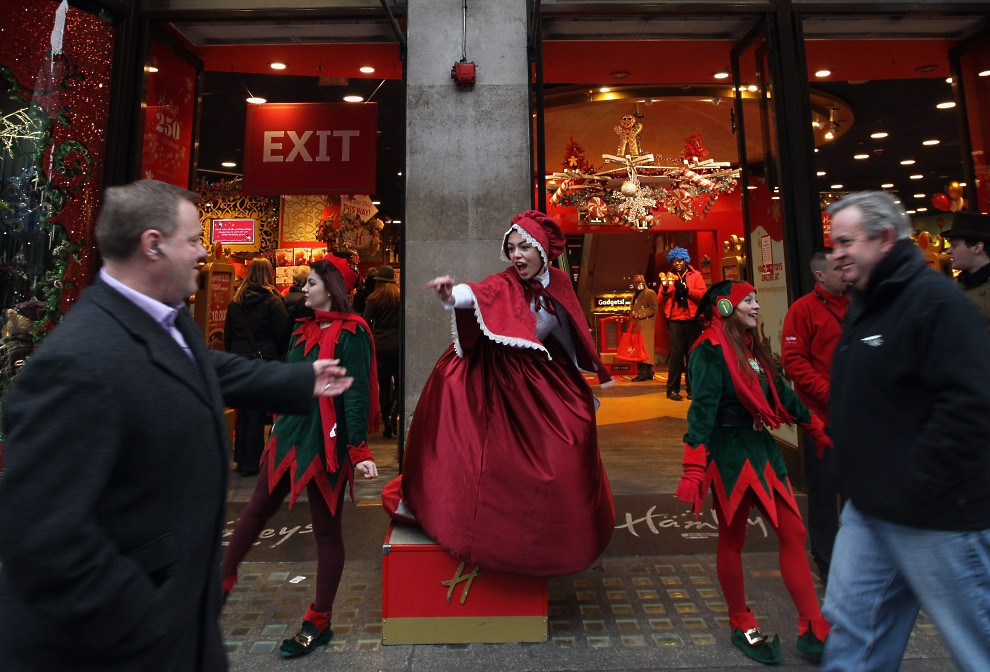 27. WIELKA BRYTANIA, Londyn, 15 grudnia 2010: Pracownicy domu towarowego rozdają ulotki na ulicy. (Foto: Dan Kitwood/Getty Images)