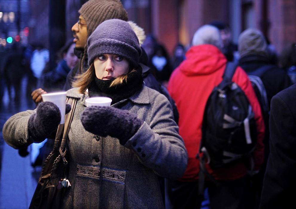 28. WIELKA BRYTANIA, Londyn, 21 grudnia 2010: Kobieta trzyma kubki z gorącymi napojami w oczekiwaniu na pociąg. AFP PHOTO/BEN STANSALL