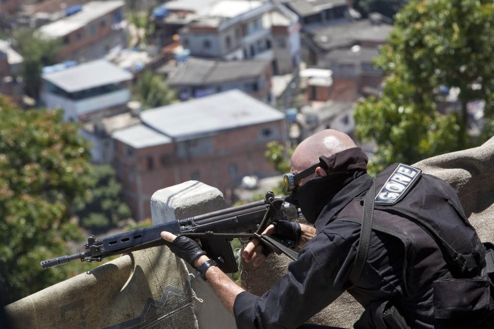 28. BRAZYLIA, Rio de Janeiro, 29 listopada 2010: Dowódca oddziałów specjalnych (CORE) obserwuje przeszukiwaną okolicę. AFP PHOTO/ Jefferson BERNARDES
